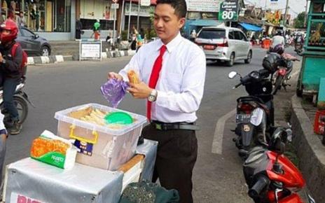 UNIK!! Penjual Mie Lidi Berdandan Karyawan Kantoran